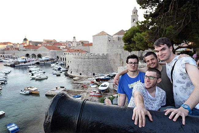 El grupo de viajes en Dubrovnik (Croacia)